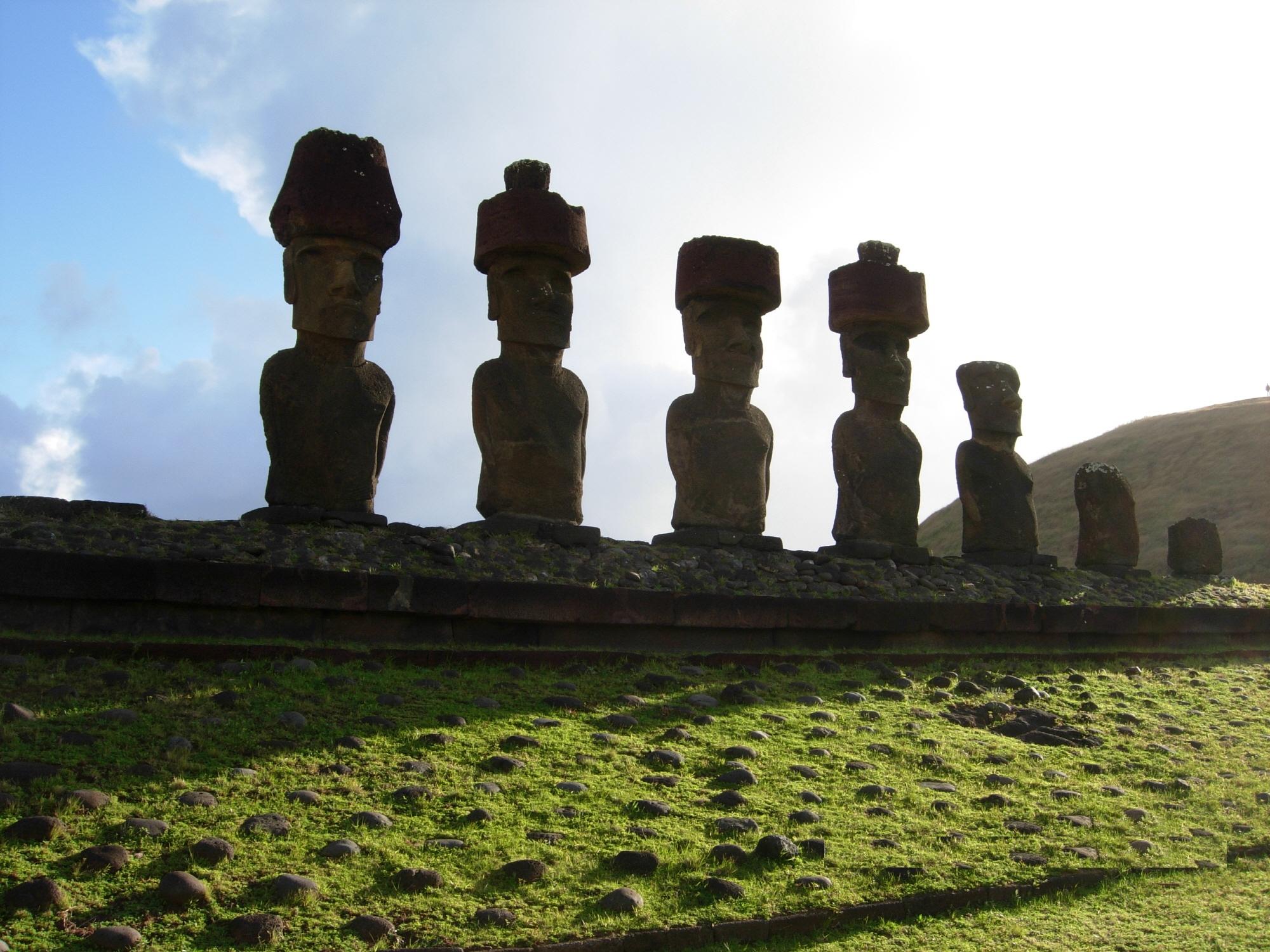 2000-南米チリ、イースター島横並びのモアイ像